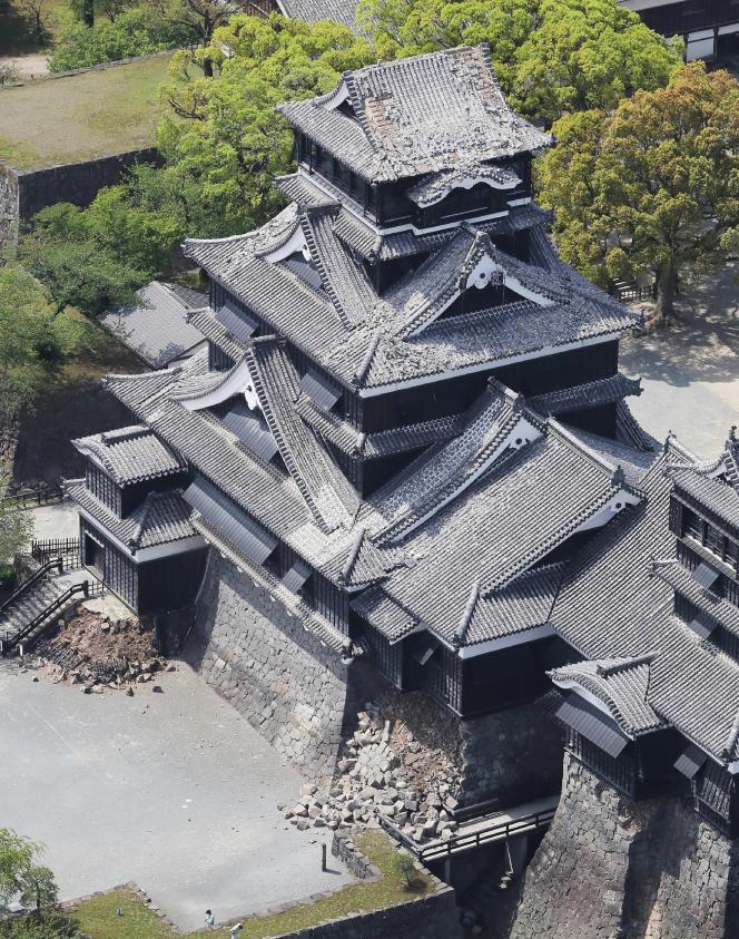 La NHK a montré en début de journée vendredi des images prises par hélicoptère du chateau de la ville de Kumamoto dont une partie du toit et des murs ont été fortement endommagés.
