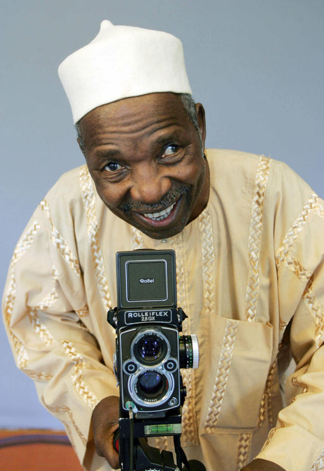Le photographe malien Malick Sidibé, portraitiste reconnu s'apprête à prendre une photo le 12 juillet 2006 à Plouha, sur la côte bretonne.