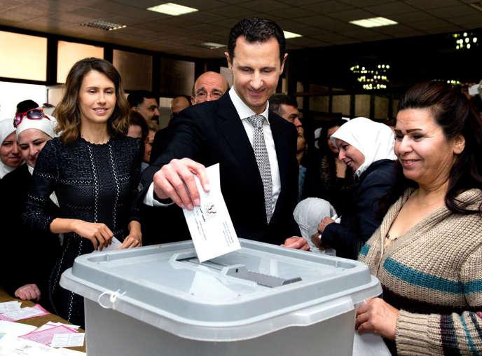 Le président syrien, Bachar Al-Assad, vote lors des élections législatives du 13 avril, à Damas.