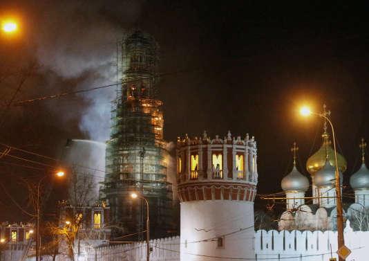 Le couvent de Novodievitchi, en proie aux flammes, le 15 mars 2015.