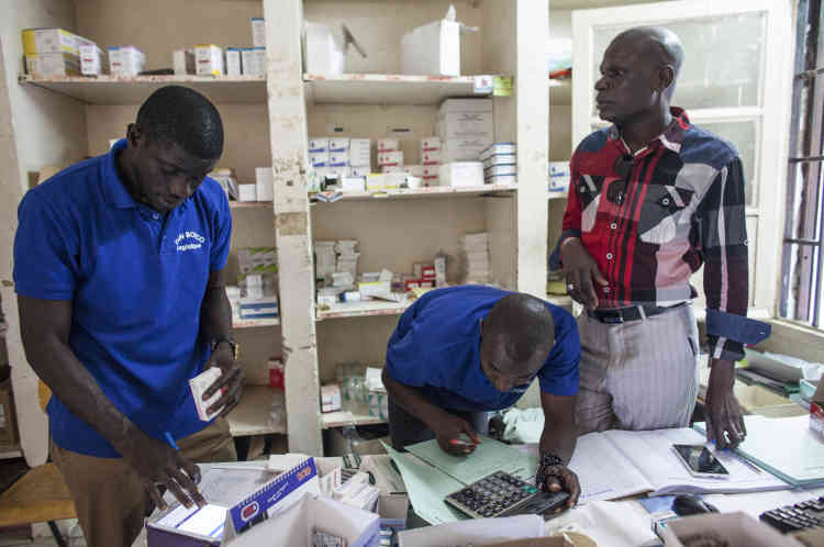 Vérification des contraceptifs à la pharmacie du centre de santé de Pikine.