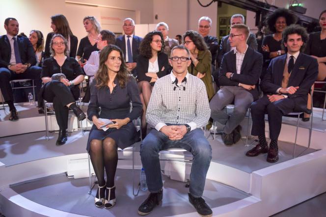 Anne-Laure Constanza et Antoine Demeyer participent à l'émission «Dialogues citoyens» avec François Hollande, président de la république, sur France 2 .