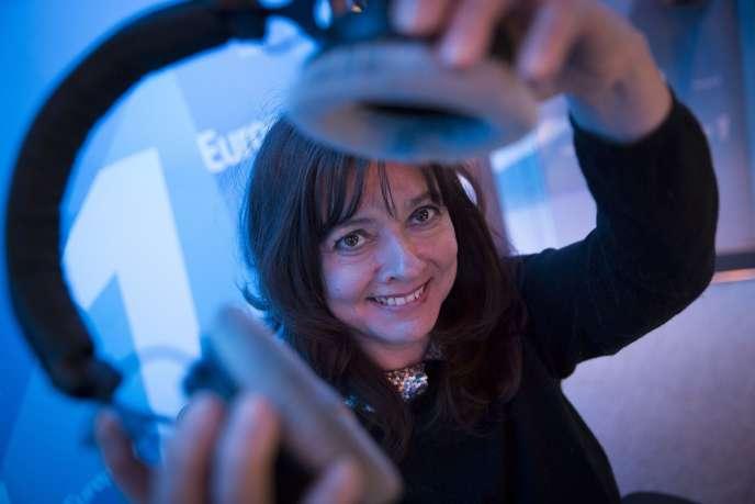 Paris (75), le 14 mars 2015. Caroline Dublanche anime l'émission de libre antenne d'Europe 1 le soir de 22h30 à 1 heure du matin.