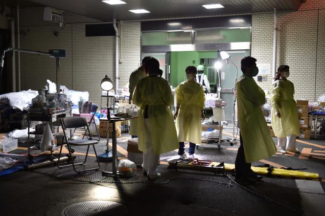Le personnel médical se prépare à évacuer les patients de l'hôpital de Kumamoto, le 16 avril 2016.