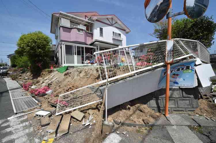 Des dizaines d'habitants étaient pris au piège samedi après un nouveau tremblement de terre dans le sud-ouest du Japon, qui a tué au moins dix-huit personnes et provoqué destructions, incendies et glissement de terrain.