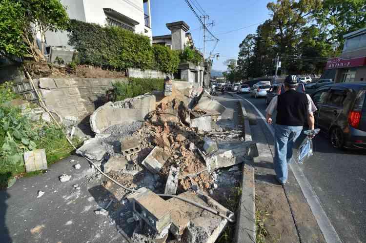 """""""Nous devons avant tout sauver des vies. Nous devons agir vite"""", a lancé le premier ministre Shinzo Abe qui a annulé sa visite dans la région et convoqué un conseil de crise. """"La météo devrait se dégrader, des pluies et du vent sont attendus et nous redoutons des glissements de terrain et autres désastres"""", a-t-il averti."""