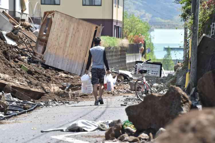 Contrairement au précédent séisme, qui a affecté surtout des maisons vétustes, celui-ci a endommagé ou fait basculer des bâtiments plus importants à travers la préfecture de Kumamoto.