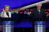 Hillary Clinton et Bernie Sanders, lors d'un débat entre les candidats démocrates, le 14avril2016.