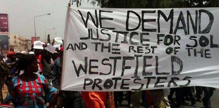 Manifestation, samedi 16 avril, à Serrekunda, à 7 km de la capitale Banjul pour réclamer une enquête sur la mort de l'opposant Solo Sandeng et l'abandon de la réforme électorale.