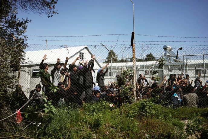 Un groupe de migrants pakinstanais fait un sit-in en signe de protestation à l'intérieur du camp, à Lesbos. Leur slogan: