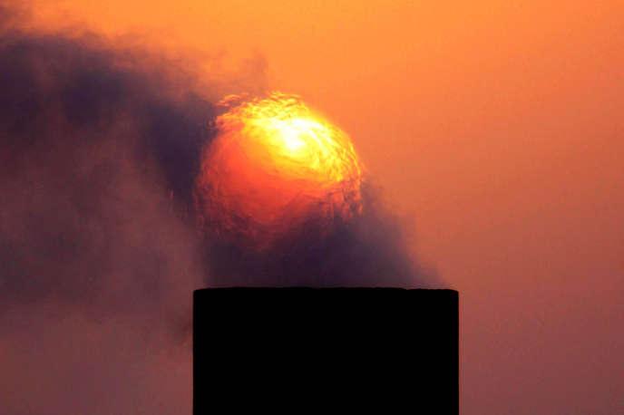 De la fumée s'échappant de l'une des cheminées pétrolières du désert de Sakhir, Bahrain, le 9 septembre 2009.