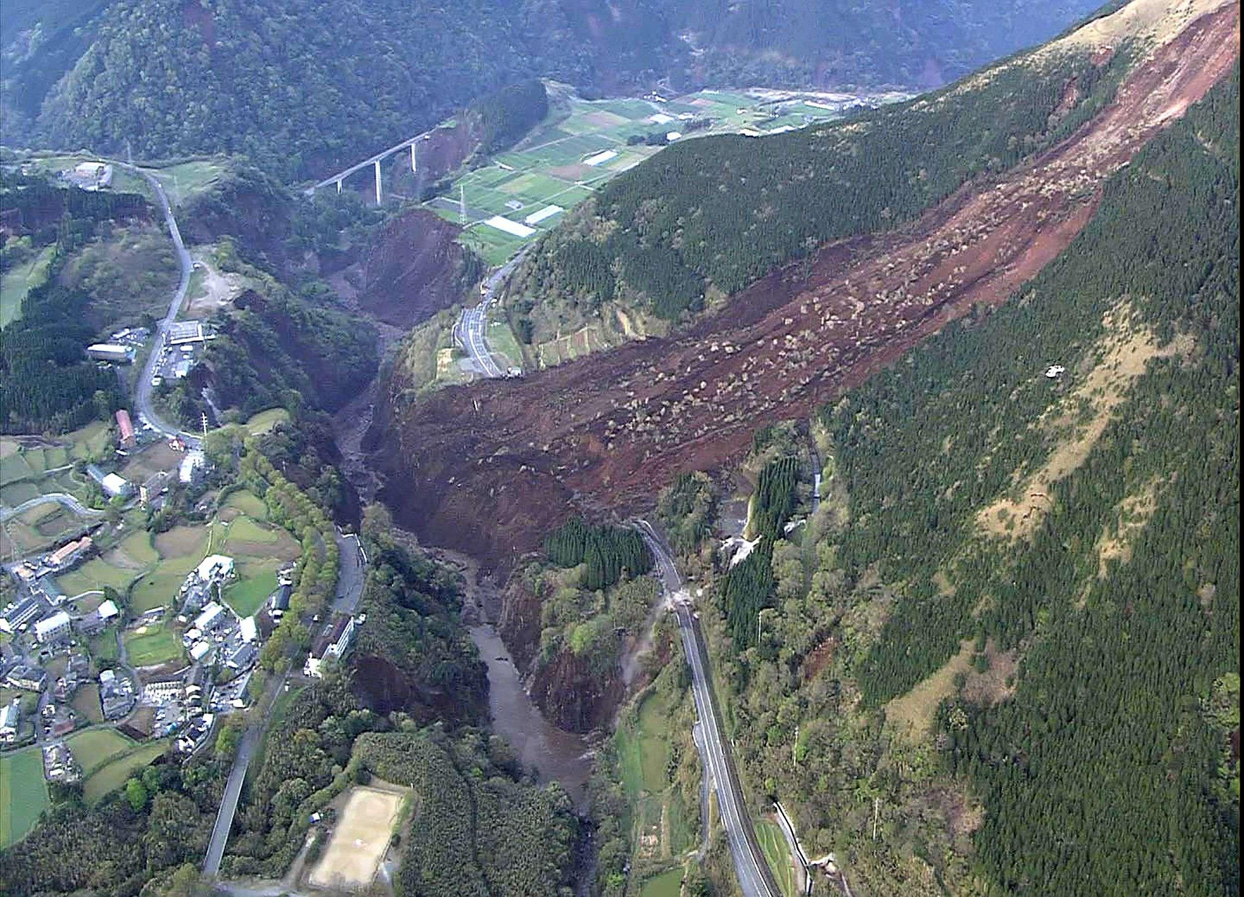 Ces nouvelles secousses ont mis à rude épreuve les nerfs des habitants, éprouvés par les répliques à répétition, et déclenché une gigantesque coulée de boue et de pierres dans la zone de Minami-Aso, emportant des maisons et coupant une autoroute.