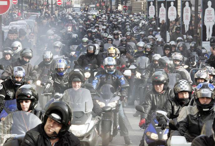 Des motards, membres de la Fédération Française des Motards en Colère (FFMC), participent à une manifestation, le 24 février 2007 près de l'Hôtel de Ville à Paris, pour interpeller les candidats à l'élection présidentielle sur une série de questions liées à la pratique de la moto. La fédération des motards a envoyé à tous les candidats un questionnaire pour qu'ils se positionnent sur leurs préoccupations en matière de sécurité routière notament.   AFP PHOTO  JACK GUEZ / AFP PHOTO / JACK GUEZ