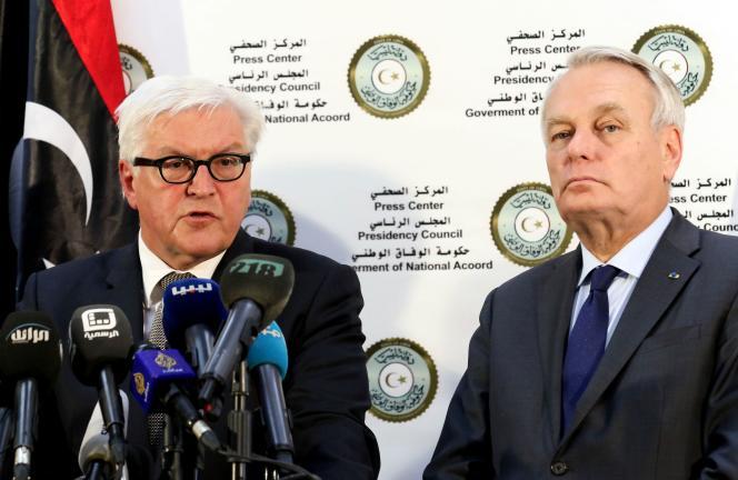 Le ministre français des affaires étrangères, Jean-Marc Ayrault, et son homologue allemand Franck-Walter Steinmeïer, à Tripoli, le 16 avril.