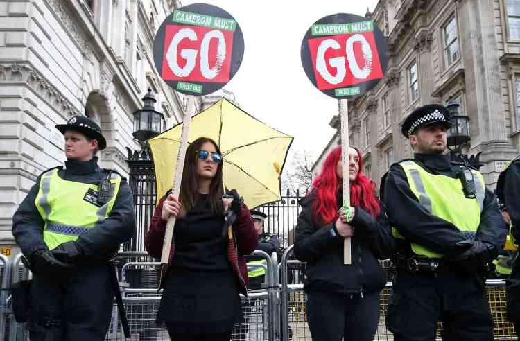 Les manifestants brandissaient notamment des pancartes sur lesquelles on pouvait lire « Cameron doit partir ».