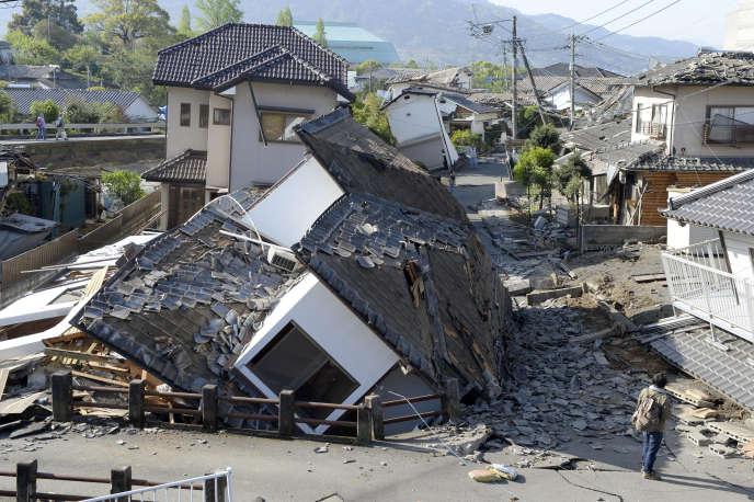 Des maisons détruites par les séismes qui ont touché la ville de Mashiki, dans la préfecture de Kumamoto dans le sud du Japon, dans la nuit du 15 au 16 avril.
