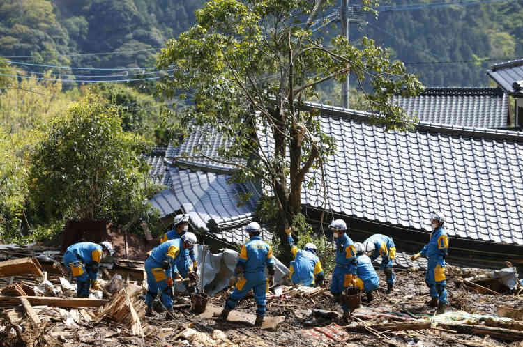 Situé à la jonction de quatre plaques tectoniques, l'archipel subit chaque année plus de 20 % des séismes les plus forts recensés sur Terre. Les Japonais sont encore plus sensibles aux risques depuis le tsunami de mars 2011, qui a tué quelque 18 500 personnes et provoqué la catastrophe nucléaire de Fukushima.