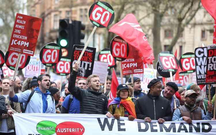 Le cortège, assemblage hétéroclite de membres de l'opposition travailliste, de militants pacifistes et de syndicalistes, s'est ébranlé en début d'après-midi pour rejoindre Trafalgar Square.