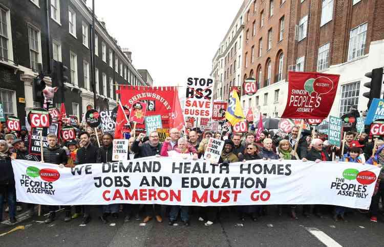 Des dizaines de milliers de personnes ont défilé samedi 16 avril dans les rues de Londres pour protester contre la politique d'austérité du gouvernement de David Cameron.