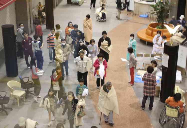 Un hôpital de la ville de Kumamoto qui penchait dangereusement a été évacué en fin de nuit samedi. L'aéroport a été fermé en raison de la chute du plafond du terminal.