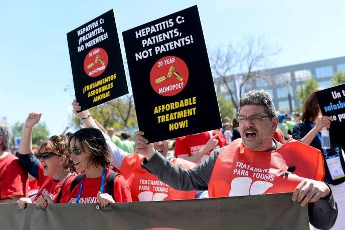 Des manifestants réclament l'accès universel aux nouveaux traitements contre le virus de l'hépatite C lors du Congrès international sur le foie, à Barcelone, le 16avril.