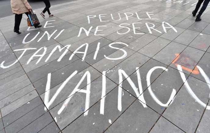 Slogan écrit sur le sol de la place de la République, le 16 avril.