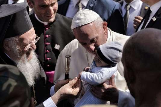 Le pape François avec le patriarche orthodoxe de Constantinople Bartholomée lors de son arrivée au camp de réfugiés de Moria, sur l'île de Lesbos (Grèce), le 16 avril.