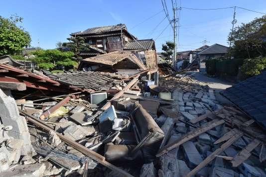 Depuis la soirée du 14 avril, le sud du Japon est touché par une série de tremblements de terre, qui ont fait 16 morts et des milliers de blessés.
