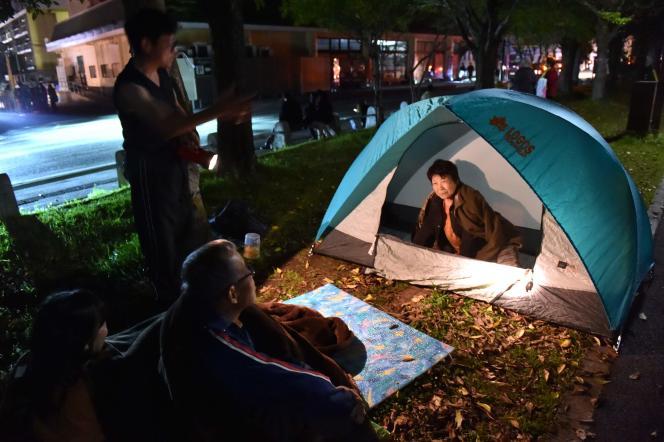 Des habitants de Kumamoto (Japon) évacués après les séismes relogés provisoirement dans un parc, le 16 avril.
