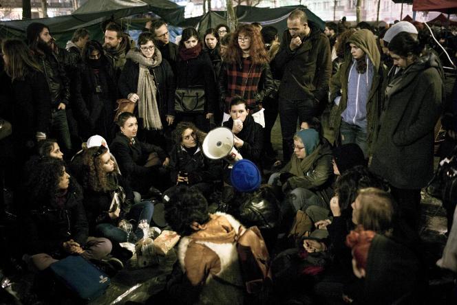 Discussion menée par un groupe LGBT lors de la Nuit Debout du samedi 9 Avril 2016, Place de la République à Paris.