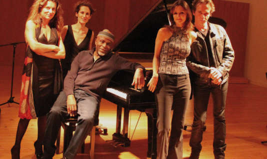 Le pianiste Ray Lema et le quatuor à cordes de l'ensemble de musique de chambre Des équilibres.