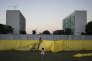 Des manifestants opposés au gouvernement brésilien décorent une partie du mur séparant les partisans et les adversaires de la procédure de destitution de la présidente Dilma Rousseff, le 16 avril 2016.