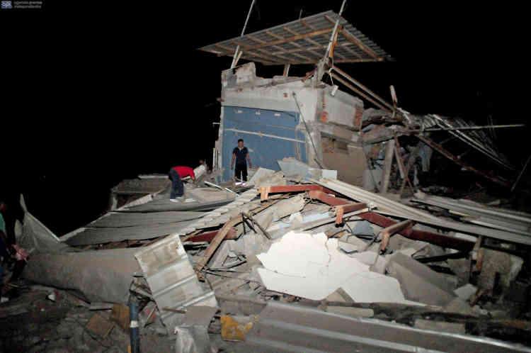 Un séisme de magnitude 7,8 a ébranlé l'Equateur samedi 16 avril au soir, faisant au moins 77 morts, quelque six cents blessés, et causant des dégâts considérables près de son épicentre, mais aussi dans des endroits plus éloignés, comme dans la grande ville portuaire de  Guayaquil.