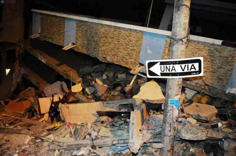 « C'était comme la fin du monde, a raconté Miriam Santana, 40 ans, employée de maison à Manta, une des villes les plus touchées par le séisme.  Des maisons se sont écroulées, des réverbères sont tombés. Les gens sont complètement désespérés, il y a des personnes enterrées sous les décombres. »