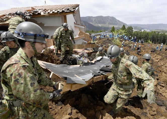 Les forces d'autodéfense japonaises en intervention le 17 avril à Minamiaso (Japon) après un glissement de terrain provoqué par les séismes des jours précédents.