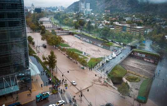Vue de la crue du Mapocho à Santiago du Chili, le 17 avril. 4,5 millions de personne sont toujours privées d'eau potable en raison de la souillure du fleuve.
