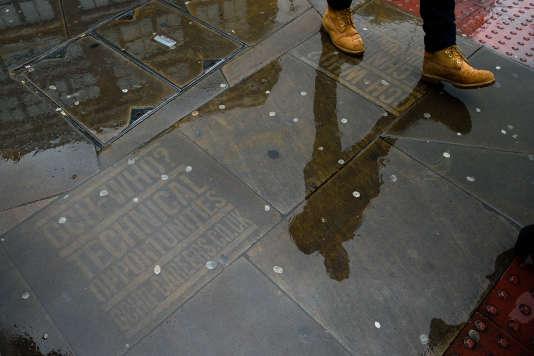 Depuis lundi 25 décembre, les villes de Bordeaux, Lyon et Nantes ont été autorisées à tester les marquages publicitaires éphémères sur les trottoirs.