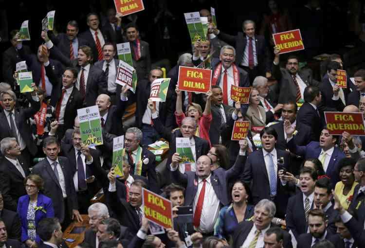 Les parlementaires brésiliens doivent se prononcer pour ou contre l'ouverture par le Sénat d'un procès en destitution de l'impopulaire dirigeante de gauche, Dilma Rousseff.