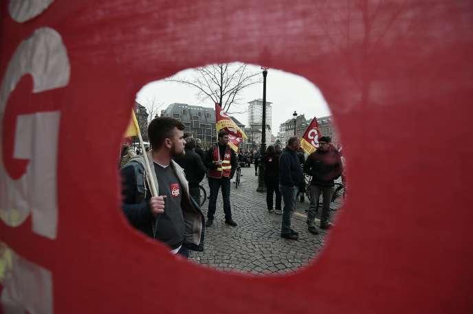 Des manifestants brandissent des drapeaux de la CGT lors de la manifestation contre la loi du travail du 31 mars 2016, à Strasbourg.