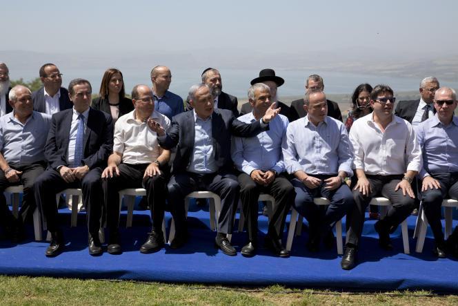 Le premier ministre israélien, Benyamin Nétanyahou (au centre), pose avec ses ministres avant le conseil des ministres hebdomadaire du dimanche 17 avril, qui, pour la première fois, se tenait sur le plateau du Golan.