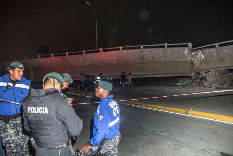 Des médias locaux ont diffusé des images de Guayaquil, où un pont et le toit d'un centre commercial se sont effondrés.