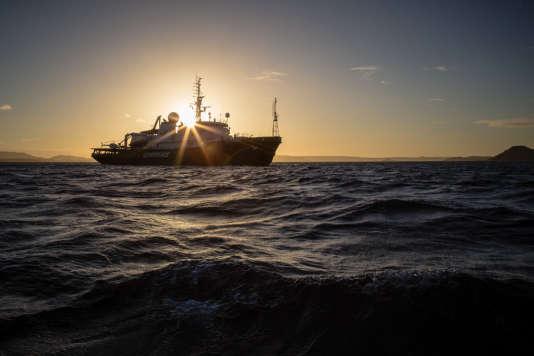 L'«Esperenza», le navire de Greenpeace, en campagne contre la surpêche des thons tropicaux dans l'océan Indien.