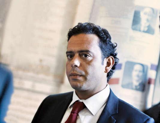 Le nouveau porte-parole du PS Razzy Hammadi proposait, en février 2015, d'interdire aux élus socialistes de voter contre les textes du gouvernement.