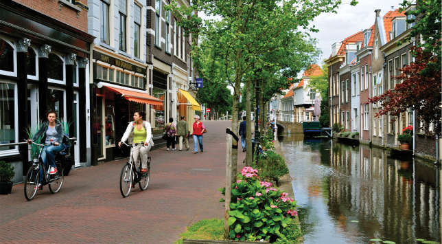 A vélo ou sur l'eau, Delft a des vertus apaisantes.