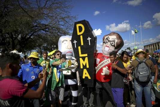 Manifestation pour le départ de Dilma Rousseff, à Brasilia le 17 avril 2016.