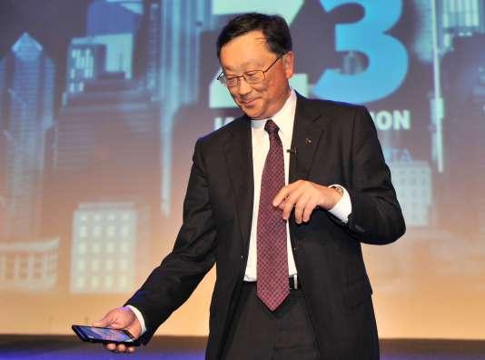 John Chen, président-directeur général de BlackBerry, présente le smartphone Z3, lors d'une cérémonie à Djakarta.