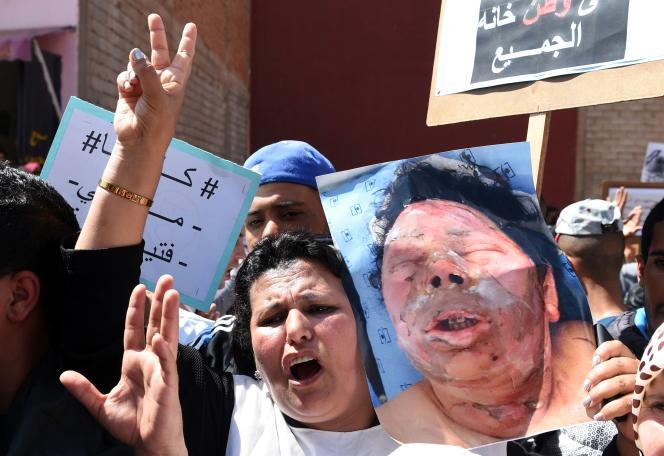 Le 18 avril, les vendeurs de Kénitra se sont rassemblés devant le siège de l'autorité locale pour réclamer justice pour Fatiha, en brandissant des images de son visage brûlé.