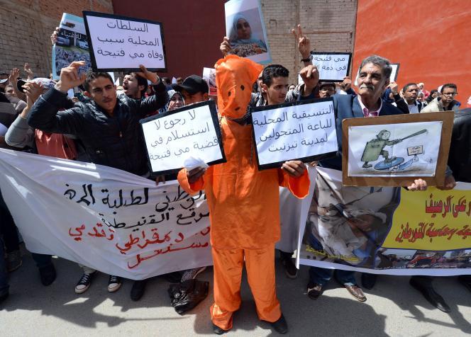 Manifestation de vendeurs à Kénitra le 18 avril, suite à l'immolation de Fatiha, la vendeuse de petits gâteaux