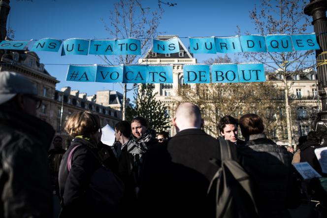 Consultations juridiques gratuites, place de la République, à Paris, le 18 avril.