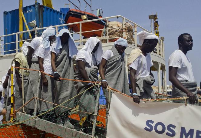 Des migrants debarquent de l'Aquarius à Lampedusa, le 18 avril.